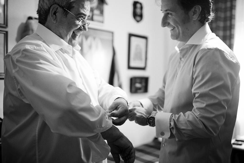 El novio ayuda a su padre a vestirse, fotógrafo de bodas en Ciudad Real