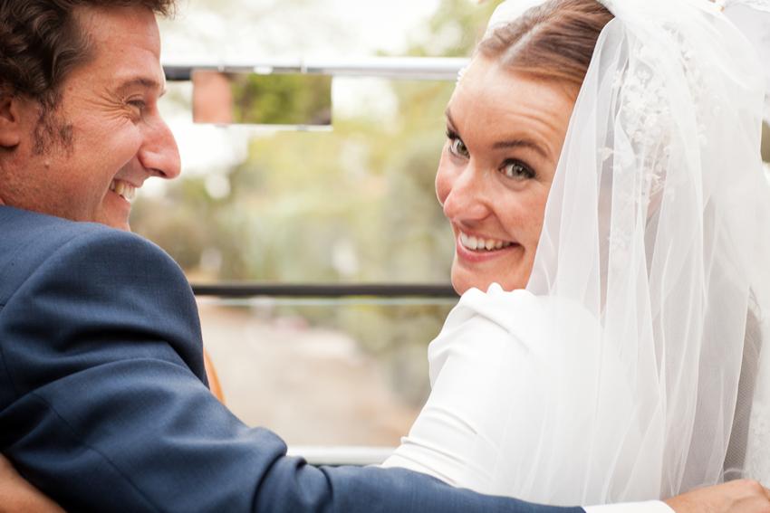 Primer plano de los novios, felices tras la ceremonia. Fotógrafo de bodas en Ciudad Real