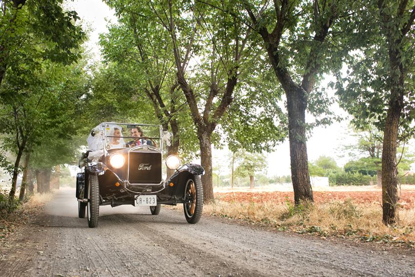 Los novios en un coche de época. Fotos artísticas de bodas
