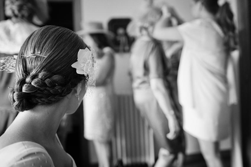 Primer plano del peinado de la novia, fotos de bodas en blanco y negro