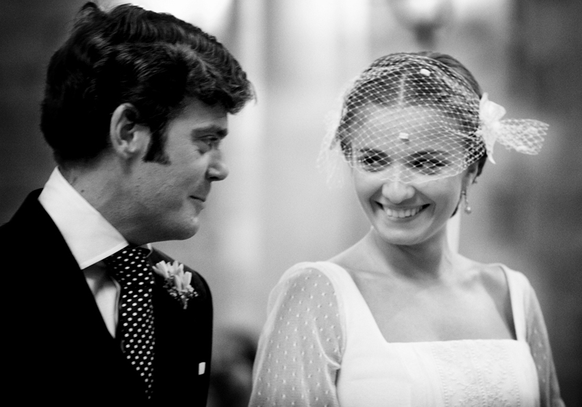 Los novios se miran delante del altar, reportaje de boda en Ciudad Real