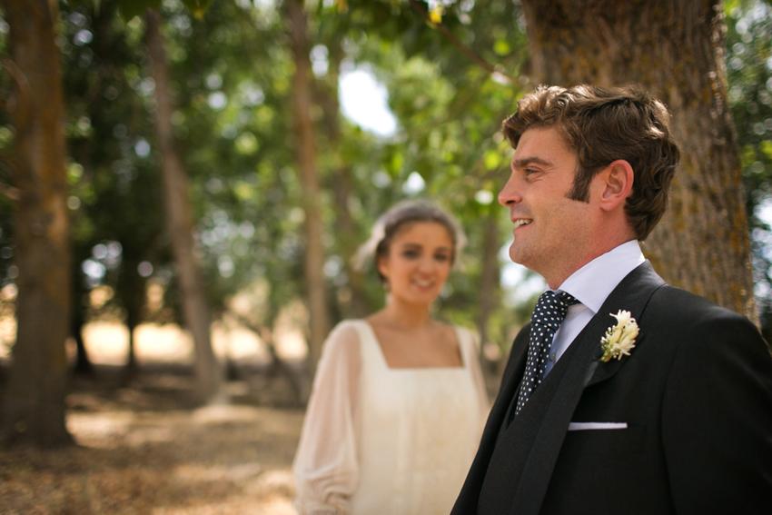 Imagen de los novios con detalle del novio en primer plano, fotos de bodas