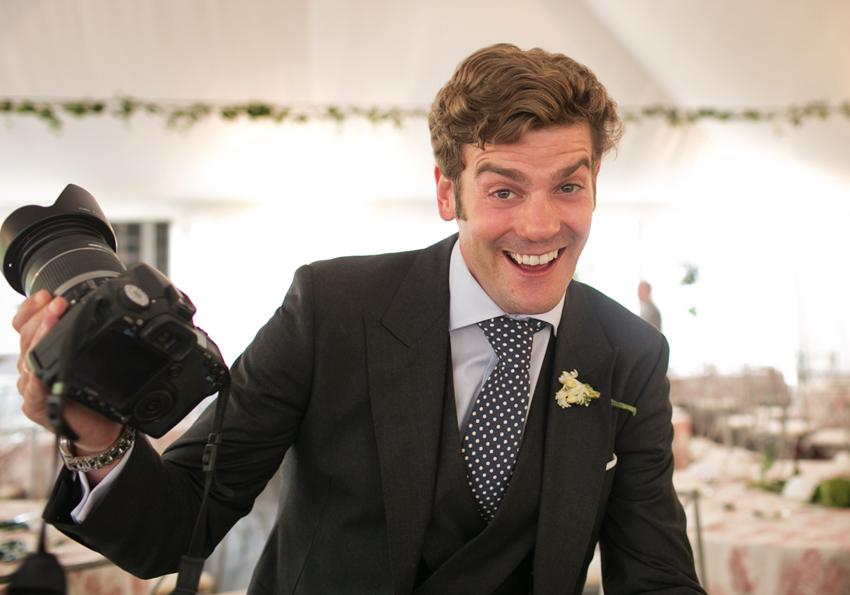 Primer plano del novio sonriente, reportaje de boda en Ciudad Real