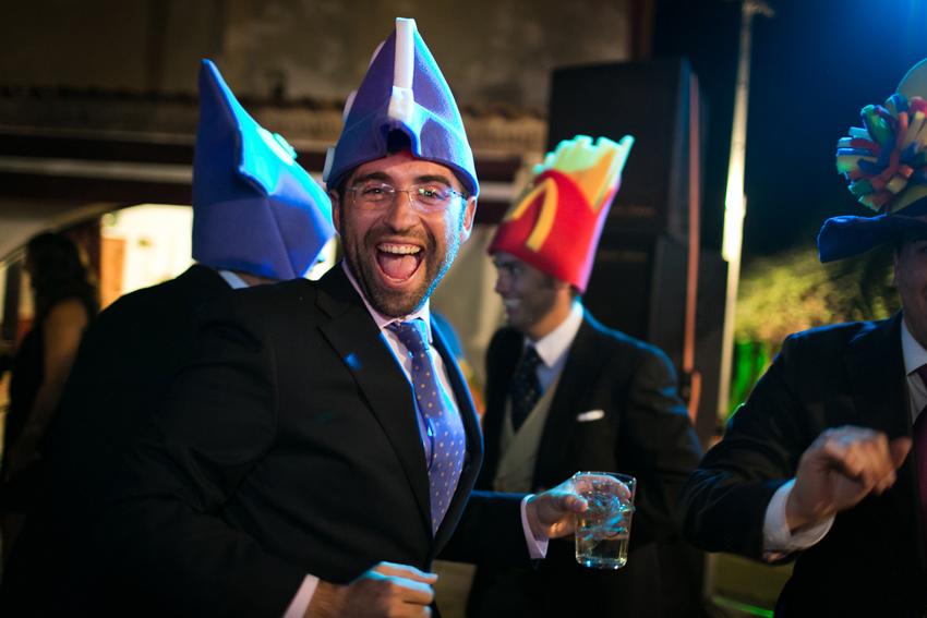 Foto de los invitados con gorros divertidos, fotos artísticas de bodas