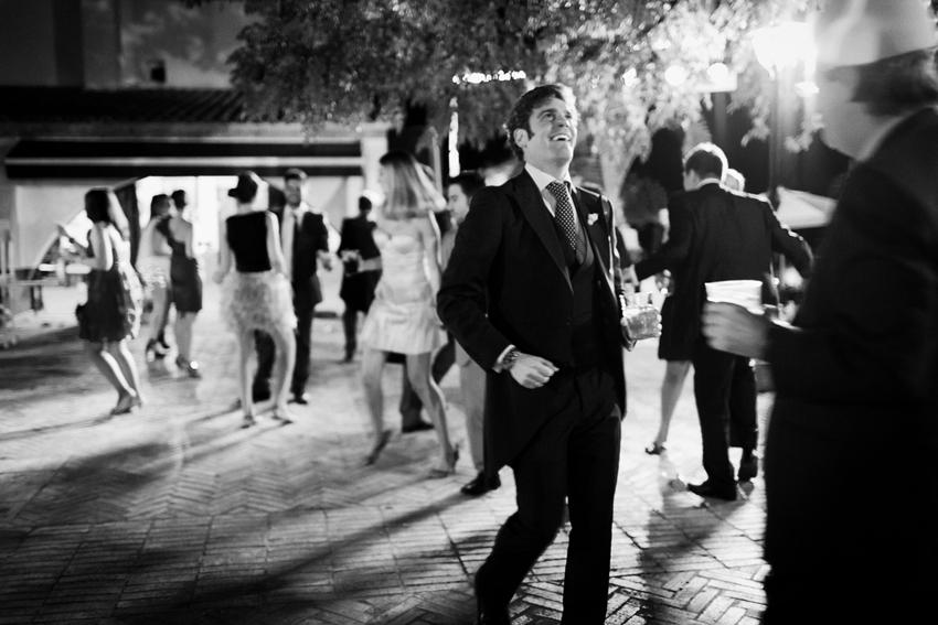 El novio bailando durante la fiesta, fotos de bodas en blanco y negro