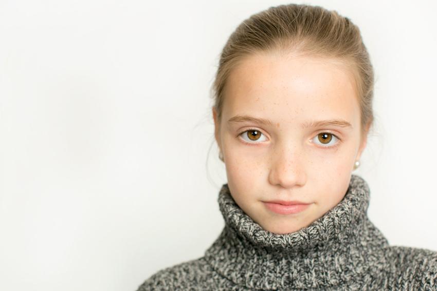 Imagen de niño con jersey de cuello alto. Fotos artísticas de niños