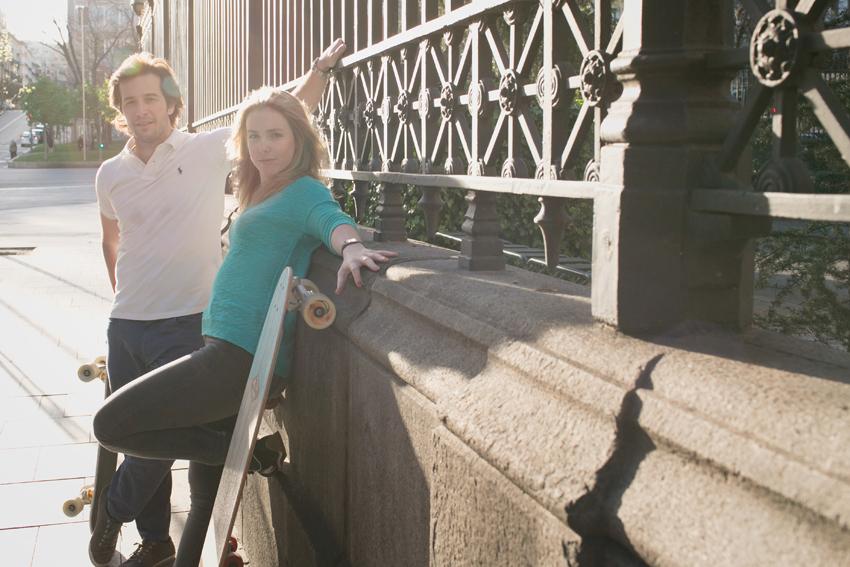 Ana y Ramón apoyados en una pared.