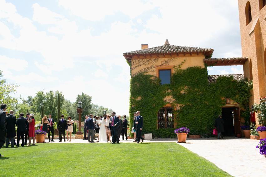 Los invitados esperan. Reportaje de boda en la antigua fábrica de harinas