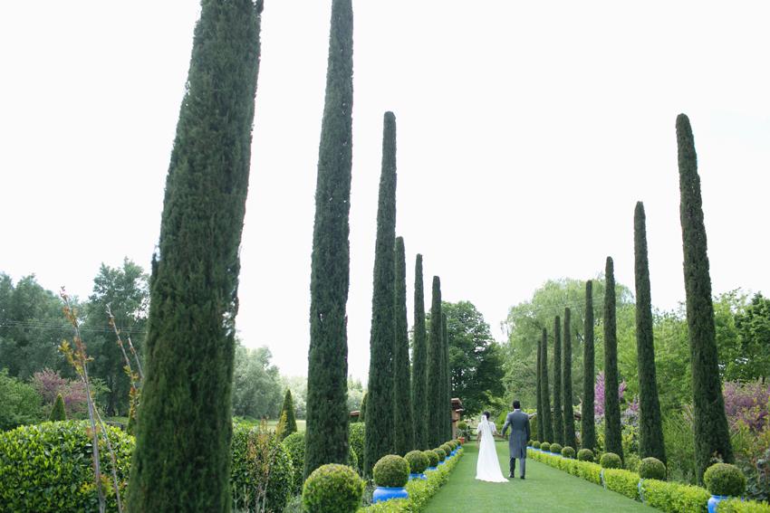Los novios paseando por los jardines, fotógrafo de bodas en Madrid