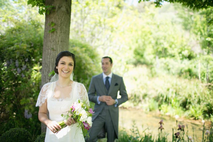 Imagen de los novios con detalle de la novia en primer plano, fotos de bodas
