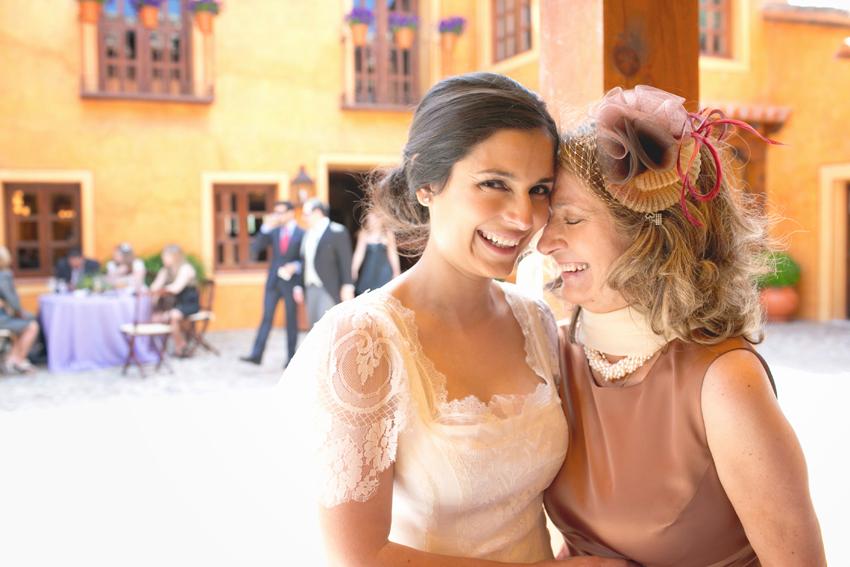 La novia con su madre durante la celebración, reportajes de boda en Madrid