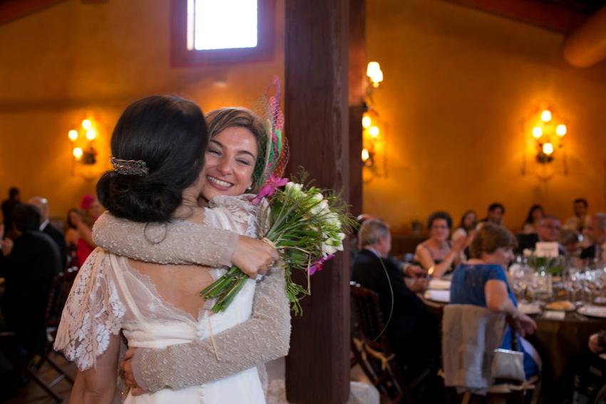 Amiga de la novia recibe el ramo. Reportaje de boda en la antigua fábrica de harinas