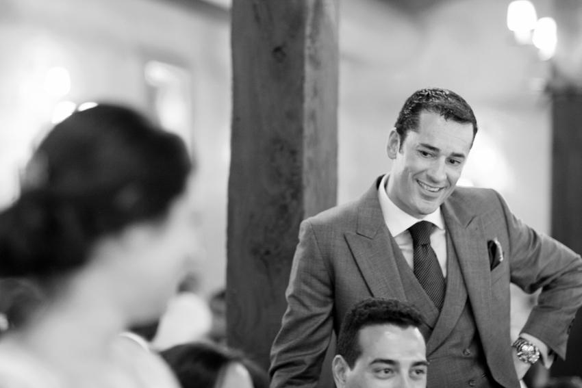 Imagen del novio en blanco y negro durante la celebración