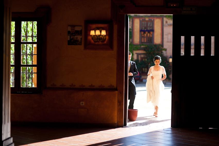 Imagen de la novia entrando al salón. Reportaje de boda en Madrid