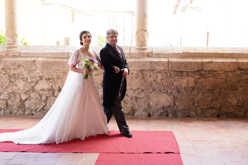 La novia, entrando en la iglesia del brazo de su padre, fotos de bodas