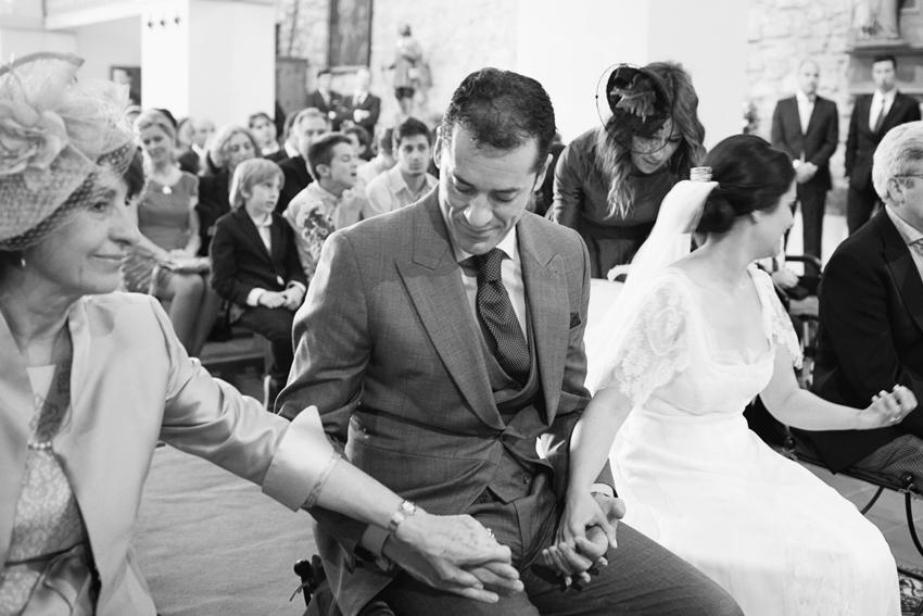El novio agarra de la mano a la novia y a su madre, fotos artísticas de bodas