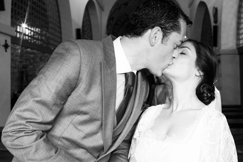 Los novios besándose, fotos artísticas de bodas