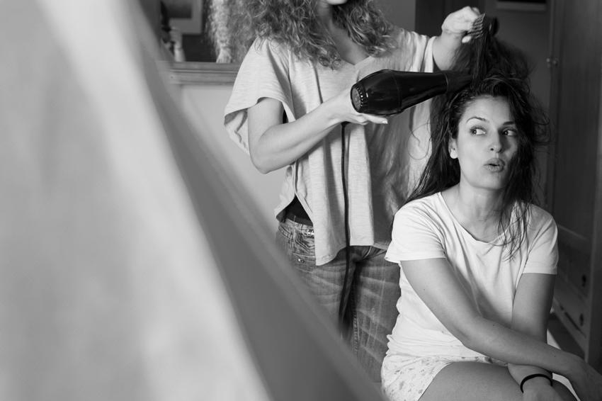 Foto en blanco y negro de la novia peinándose, Fotos artísticas de bodas