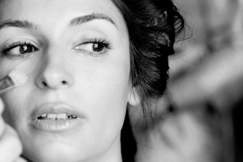 Novia siendo maquillada, fotos artísticas de bodas. Kutxi pacheco
