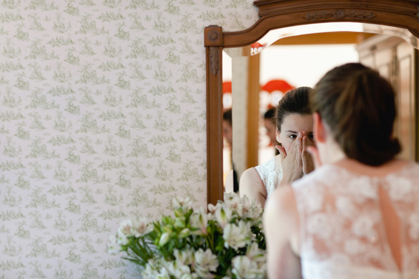 La novia, nerviosa mirándose al espejo. Reportaje de boda de Elisa y Ángel