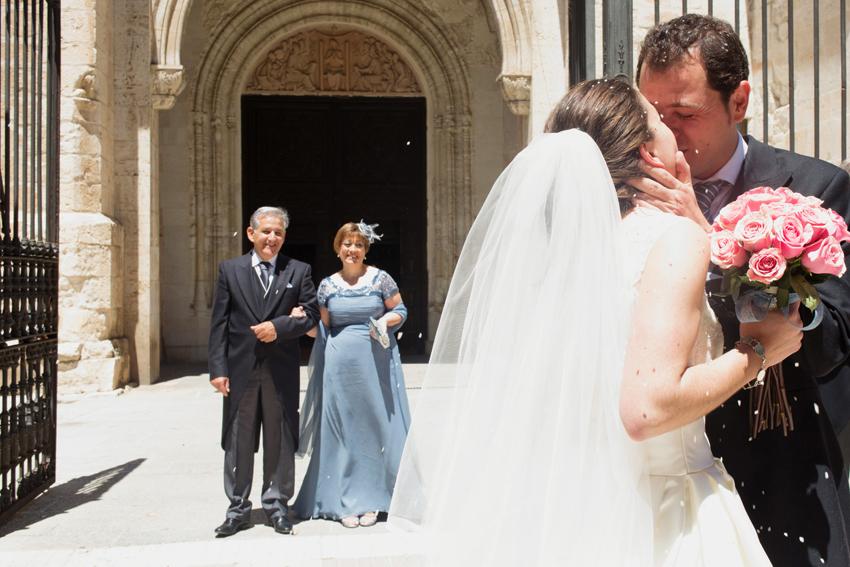 Beso de los novios, mientras les llueve arroz, fotos artísticas de bodas