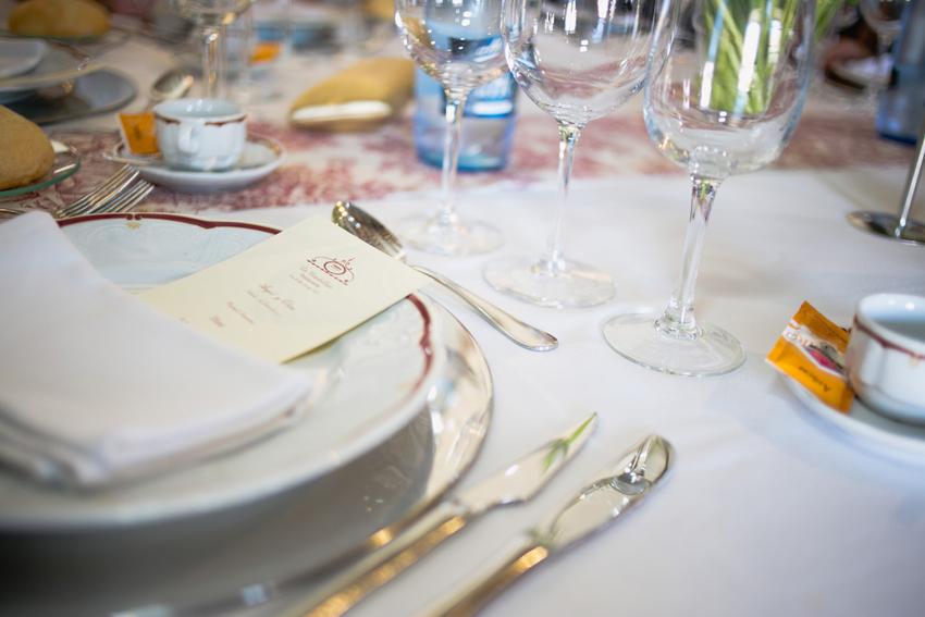 primer plano de una de las mesas del banquete