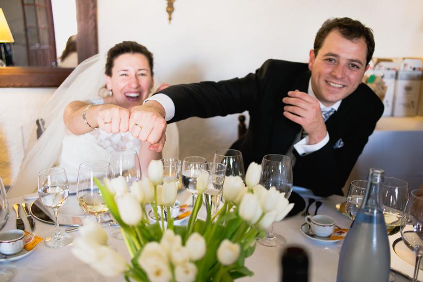 Los novios enseñan las alianzas de boda. Reportaje de boda de Elisa y Ángel
