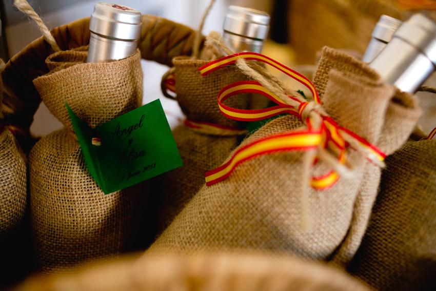 Botellas de vino como regalo. Reportaje de boda de Elisa y Ángel