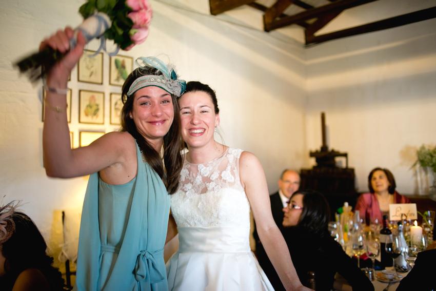 la novia cede su ramo a una invitada, que lo muestra feliz