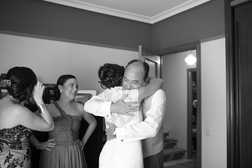La novia abrazando a su padre. Fotos artísticas de bodas en blanco y negro
