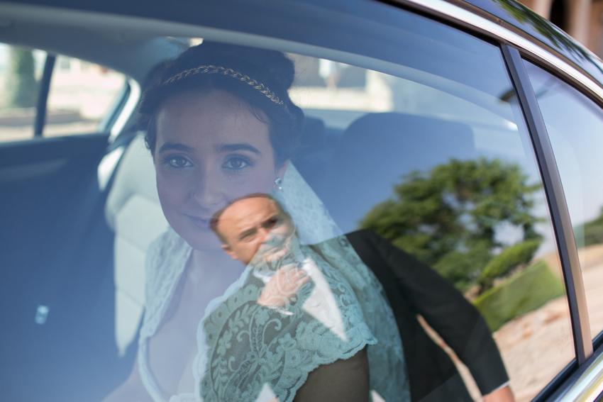 Foto de la novia en el coche, llegada a la iglesia. Reportajes de boda
