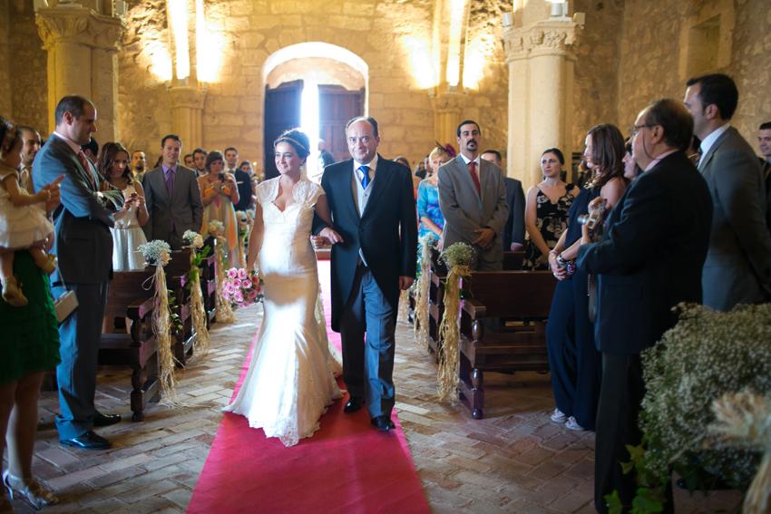 Imagen de la novia entrando en la iglesia del brazo de su padre