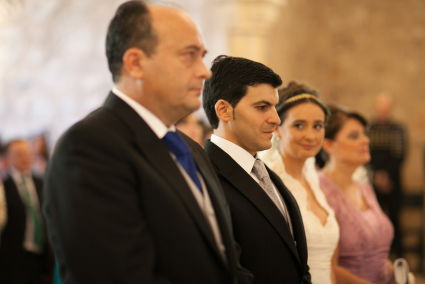 Foto de los novios, padrino y madrina, delante del altar