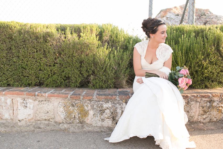 Imagen de la novia sentada, con el ramo en las manos
