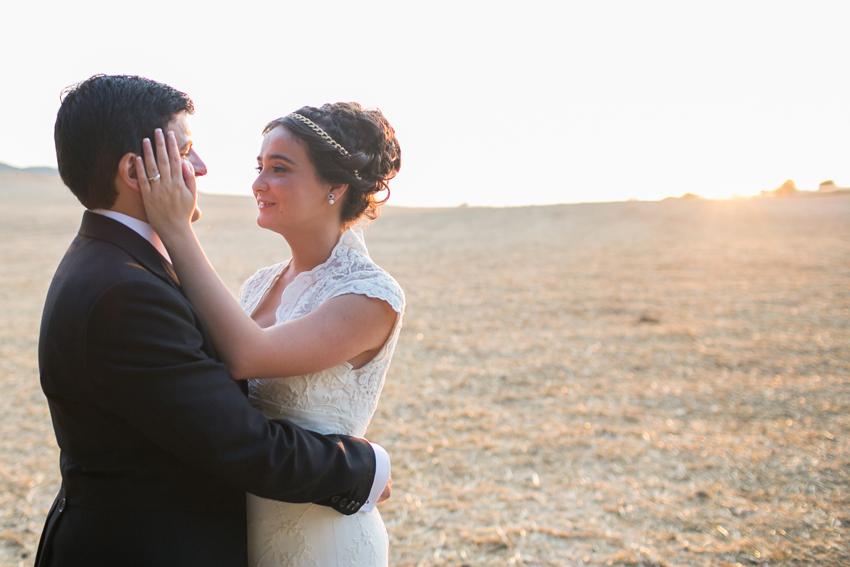Abrazo de enamorados de los novios, fotos artísticas de bodas