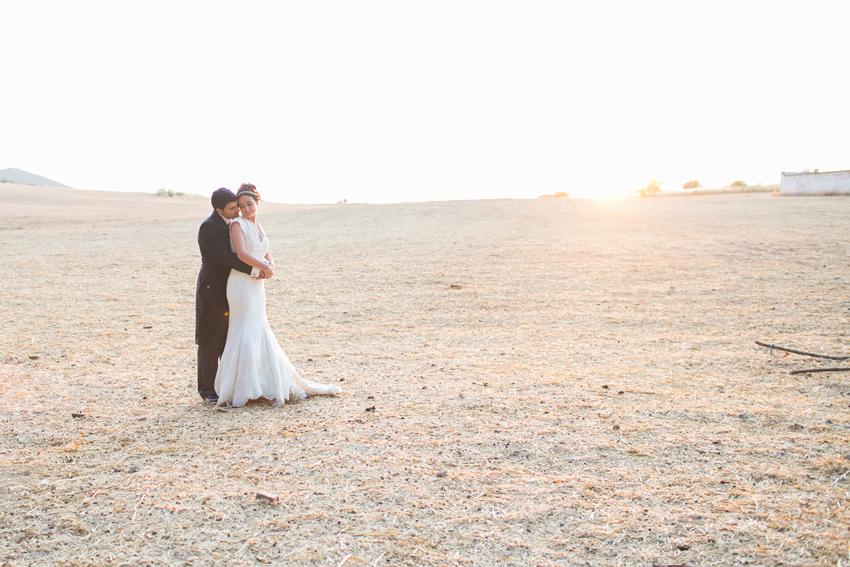 Foto de los novios en medio del campo, fotos de bodas