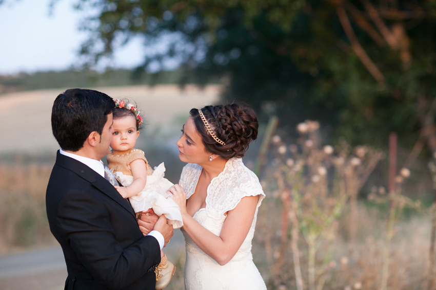 Foto de los novios con su hija en el exterior, fotos de bodas