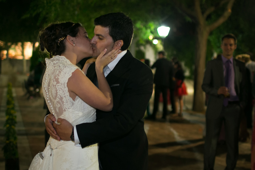 Los novios se besan durante el baile. Fotos de bodas