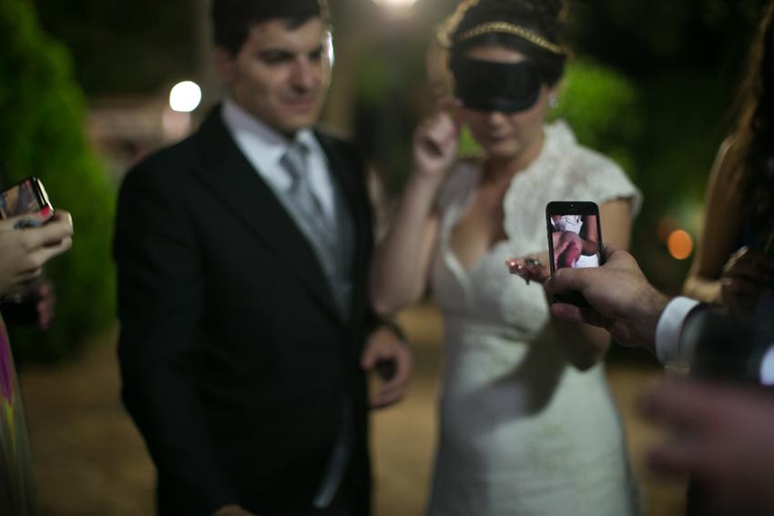Los invitados fotografían el anillo de novia, fotos artísticas de bodas