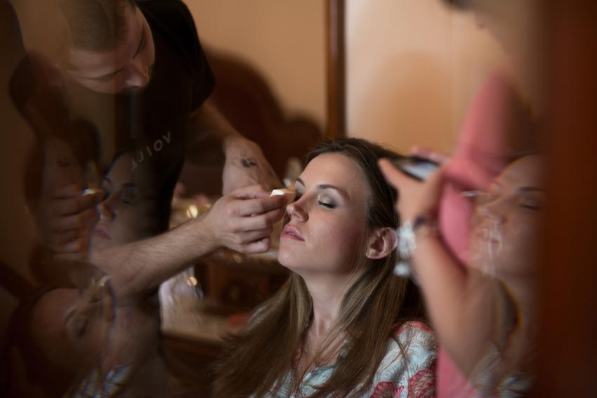 Maquillando a la novia, fotógrafo de bodas en Ciudad Real