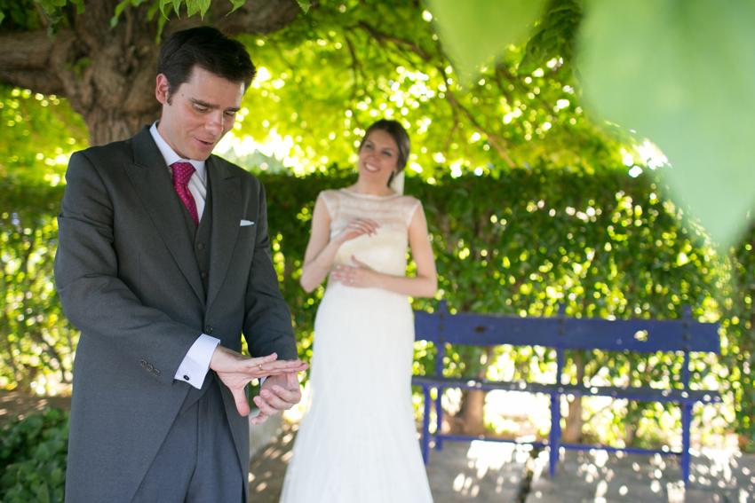 Novio admirando su alianza de boda. Reportaje de boda en la encomienda
