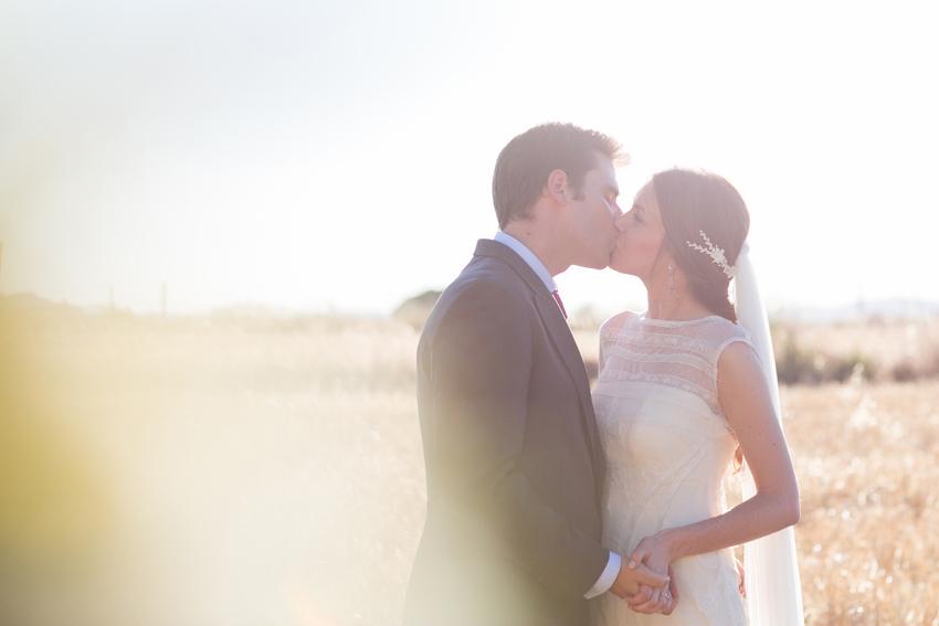 Imagen de los novios besándose, fotógrafo de bodas en Ciudad Real