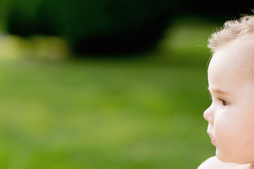La inocencia reflejada en la cara de un bebé. Sesión de fotos de bebés