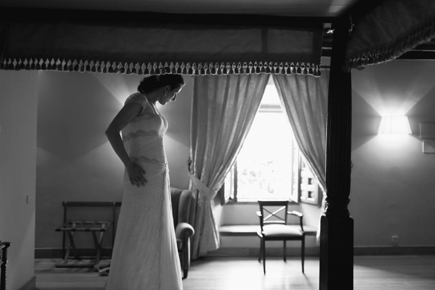 Foto de la novia en blanco y negro con el vestido