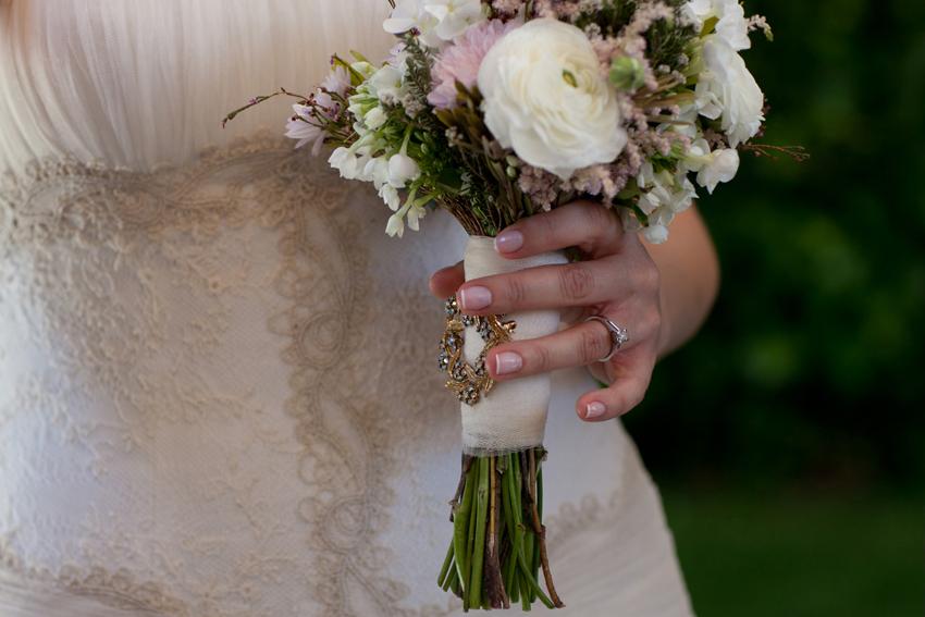 Foto de la mano de la novia sosteniendo el ramo