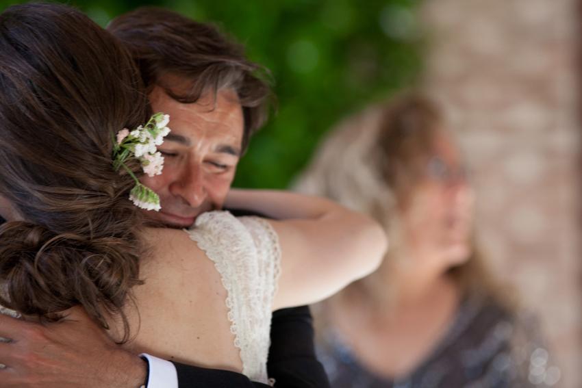 Imagen de la novia abrazándose a uno de los invitados