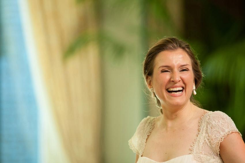 La novia sonriendo durante la celebración. Fotos artísticas de bodas