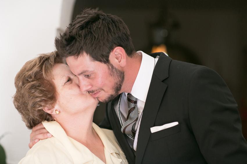 La madre del novio besando a su hijo, reportajes de boda en Ciudad Real