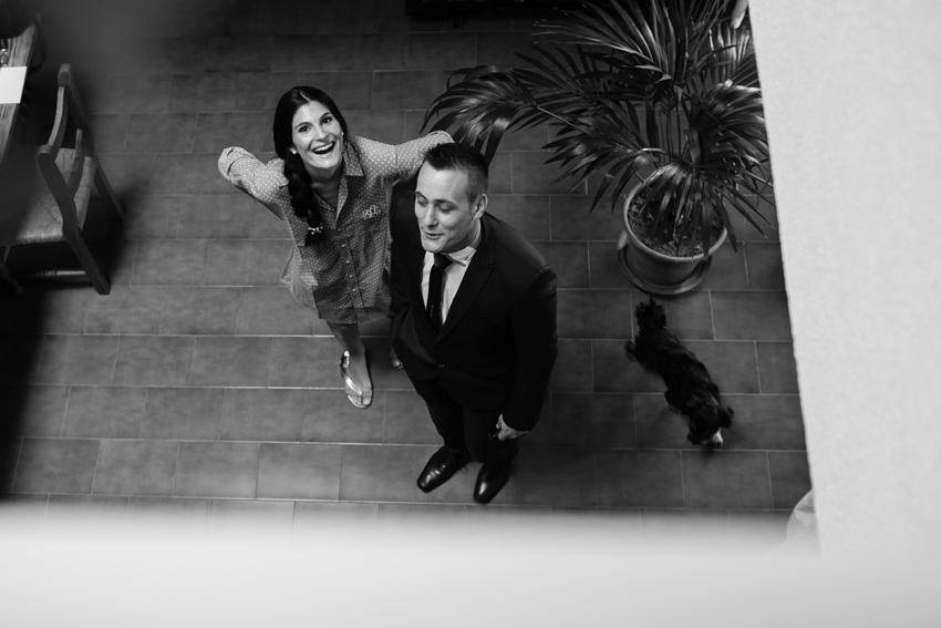 La novia, relajada y feliz antes de la ceremonia. Reportaje de boda en Almadén