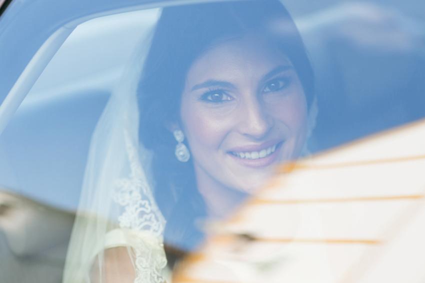 Imagen de la novia en el coche, llegando a la iglesia